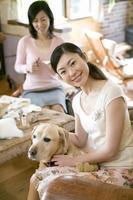 mulher e cachorro foto