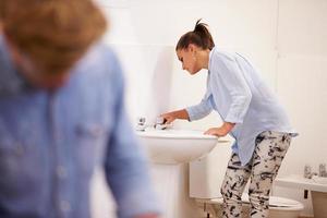 estudantes universitários estudando encanamento trabalhando no lavatório foto