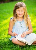 livro de leitura adorável menina bonitinha