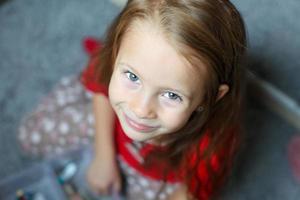 rosto de close-up de uma linda menina bonitinha de olhos azuis foto