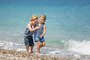 dois filhos na praia