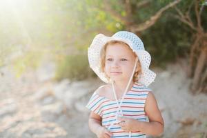adorável feliz sorridente menina com cabelos cacheados foto