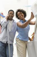 casal fazendo trabalhos domésticos foto