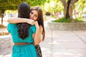 abraçando minha melhor amiga foto