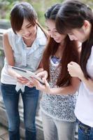 jovens asiáticas no campus foto