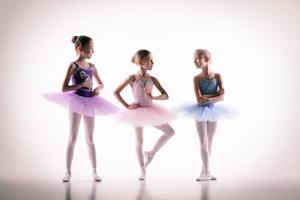 três pequenas bailarinas no estúdio de dança
