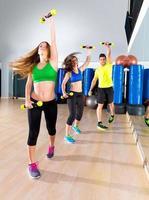 grupo de pessoas cardio dança no ginásio de fitness foto
