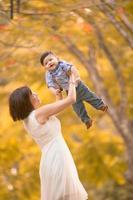 asiática mãe e filho se divertindo ao ar livre