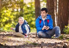 pai e filho na floresta foto
