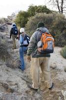 três pessoas caminhando, retrato foto
