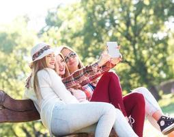 três amigos fazendo selfie