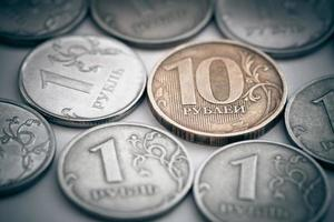 pilha de moedas russas. foto