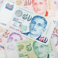 dinheiro de Singapura no fundo branco foto