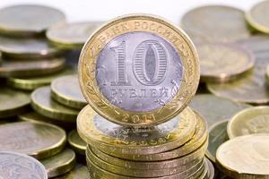 dez rublos russos em fundo de dinheiro foto