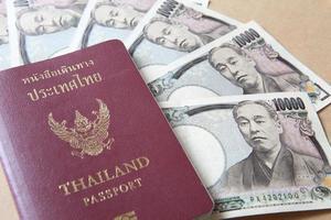 passaporte da tailândia e dinheiro em ienes japoneses foto