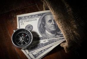 bússola com dinheiro no saco de artilheiro. foto