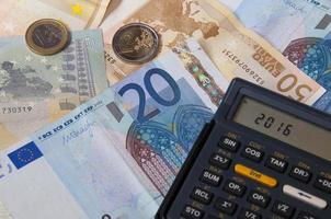 dinheiro e calculadora no ano de 2016