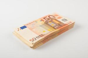 pilha de notas de cinquenta euros foto