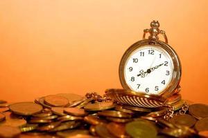 relógio de bolso e moedas