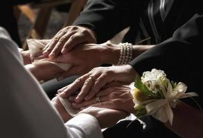mãos de casamento foto