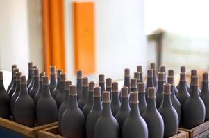 empilhadas garrafas de vinho na adega, empoeiradas, mas saborosas.
