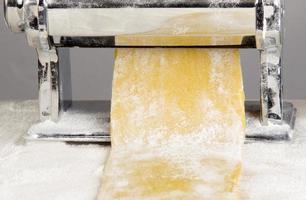 massa de macarrão está sendo processada foto