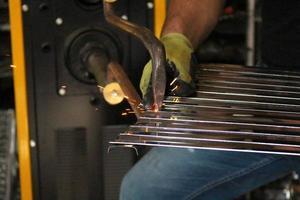 processo de perfuração de metal foto