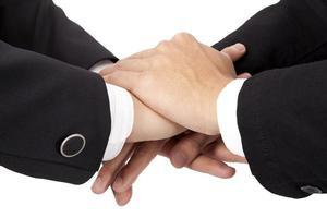 conceito de confiança e cooperação. mãos empilhadas do empresário foto