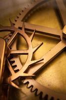 roda dentada de relógio vintage, cooperação empresarial, trabalho em equipe e conceito de tempo foto
