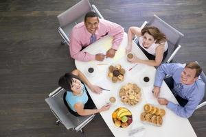 quatro empresários na mesa da sala de reuniões foto