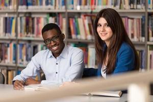 pessoas estudando em uma biblioteca foto