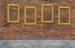 molduras douradas na parede de tijolo