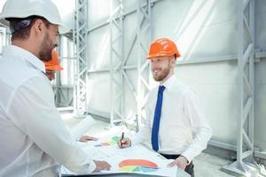 jovens arquitetos de sucesso estão discutindo o plano do projeto foto