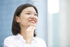 jovem retrato executivo feminino asiático na área de negócios foto