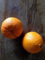 arance sul tavolo foto