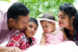 feliz família indiana foto