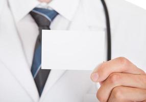 médico mão mostrando o cartão vazio