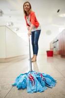 mulher esfregando o chão da cozinha foto