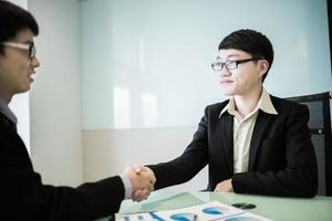 empresários, apertando as mãos foto