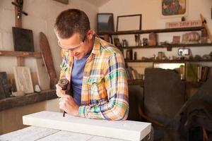 pedreiro no trabalho de escultura em estúdio foto