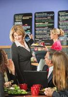clientes e gerente falando sobre o menu