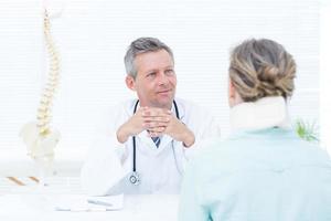 médico conversando com seu paciente foto