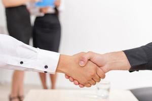 aperto de mão de dois empresários foto