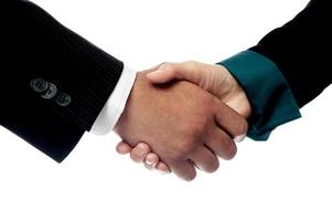 empresários apertando as mãos, closeup tiro. foto