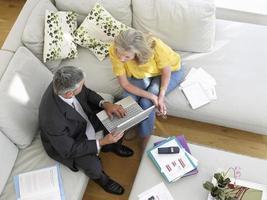 mulher com consultor financeiro no sofá foto