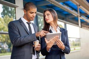 homem de negócios e mulher trabalhando ao ar livre com computador tablet em