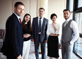 equipe de negócios sorridente feliz no escritório foto