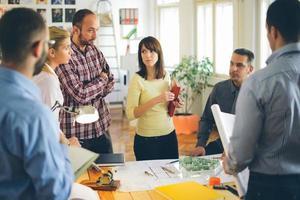 Iniciar negócios. grupo de jovem arquiteto no escritório foto