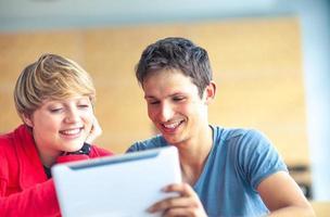 estudantes universitários na sala de aula usando tablet digital foto
