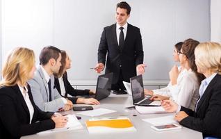 reunião de negócios da equipe de gerenciamento multinacional foto